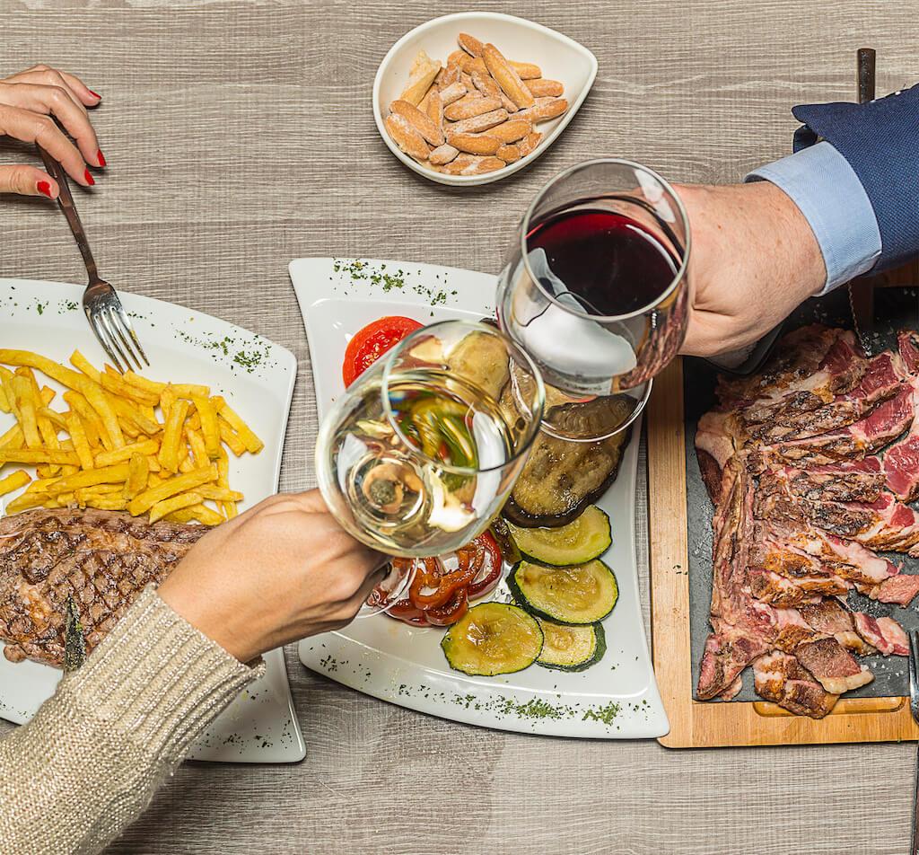 Foto Cabecera Carta platos y gente brindando